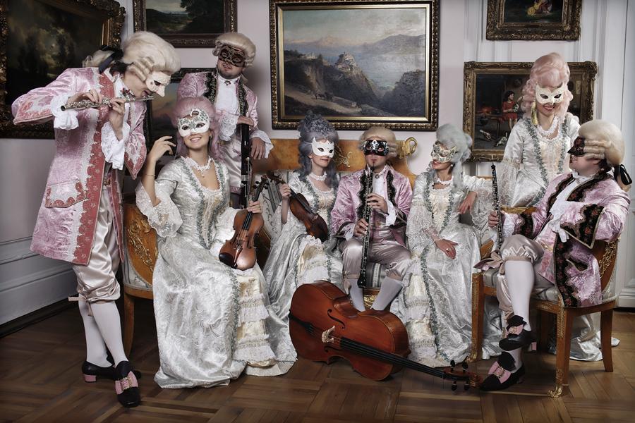 21d10b40639a2 Струнный камерный оркестр в старинных костюмах эпохи барокко в венецианских  масках и французких пудренных париках